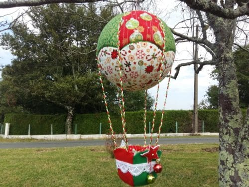 Montgolfière de décoration tissu imprimé Boules de Noël- Bayonne (64)