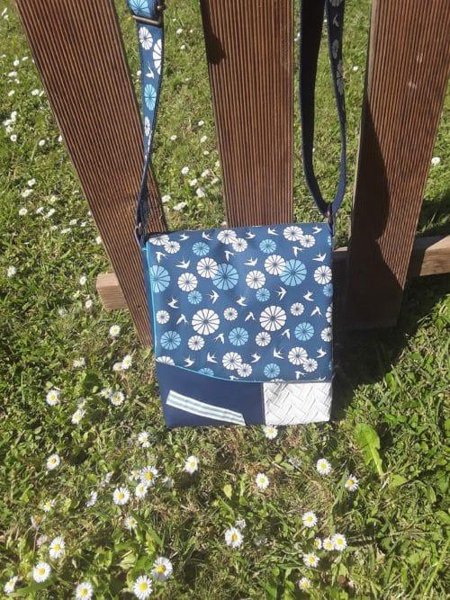 Sac en simili cuir bleu marine et blanc . personnalisation avec un tissu imprimé oiseaux. Bayonne (64)