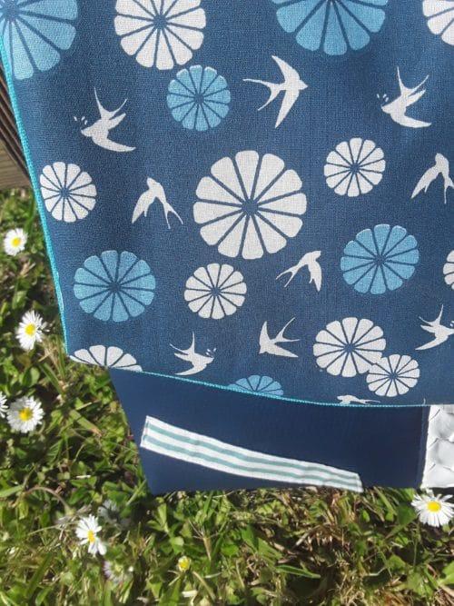 Tissu imprimé oiseaux pour personnalisation d'un sac en simil cuir bleu marine et blanc. Bayonne (64)