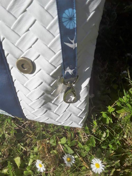 Mousqueton pour les clefs dans un sac en simili cuir bleu marine et blanc. Bayonne (64)