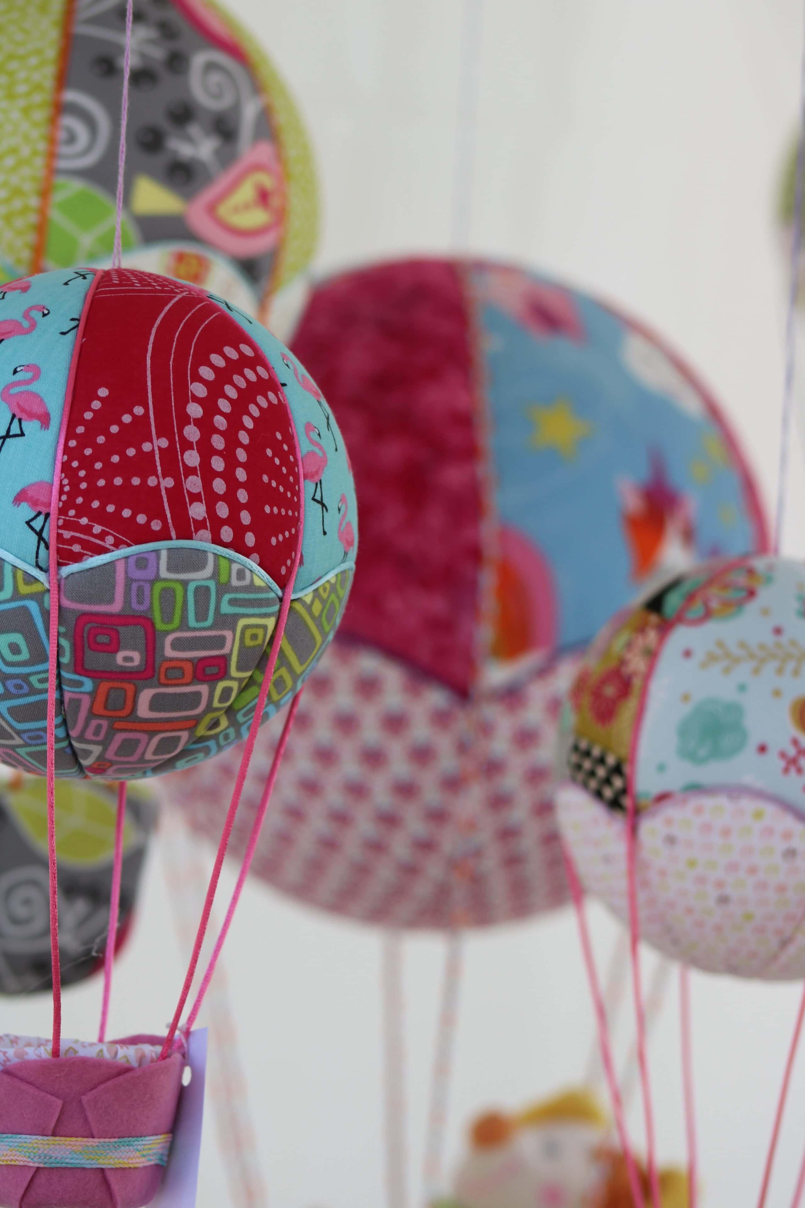Montgolfières de décoration en tissu ambiance filles. Atelier Villefranque (64)