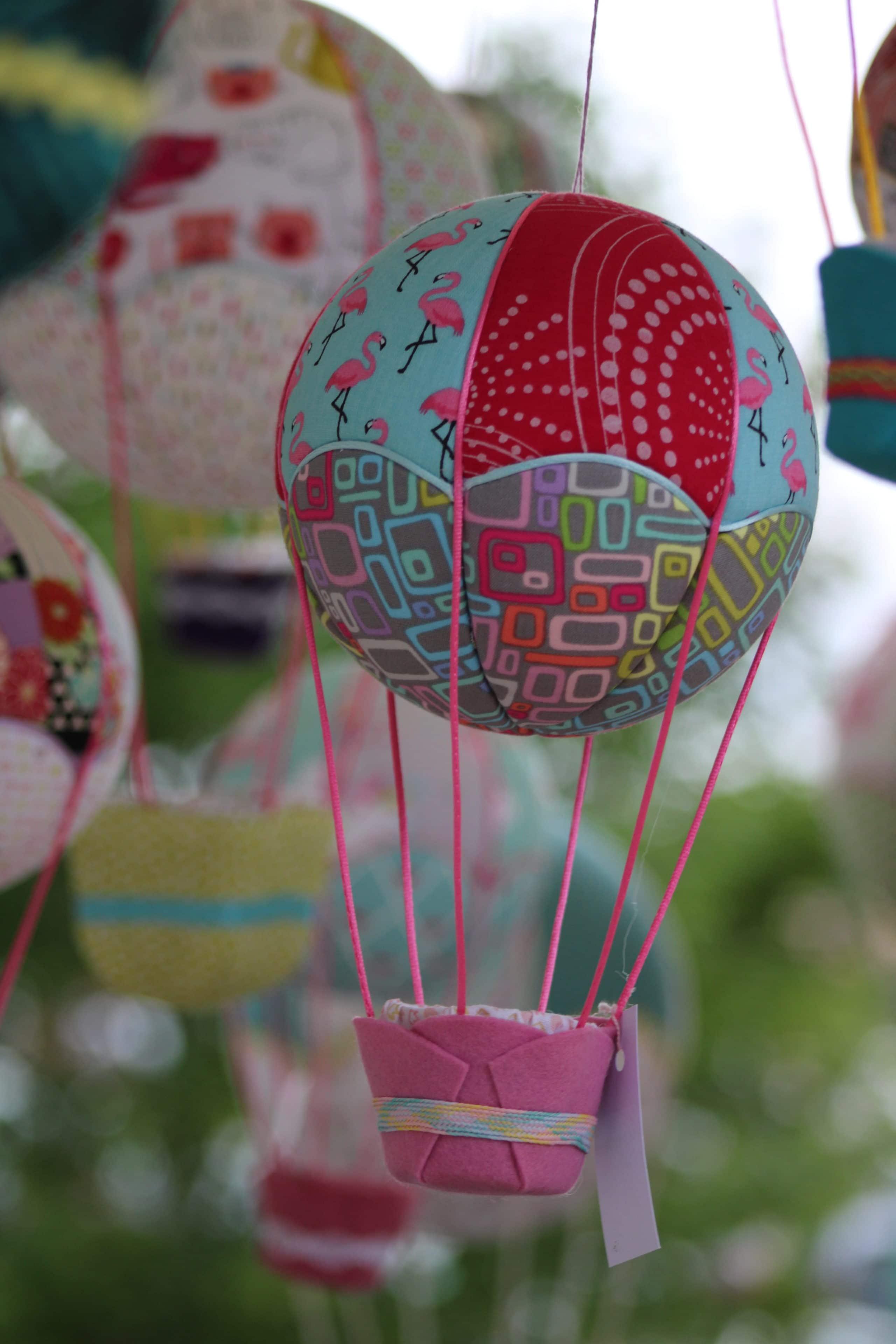 Mélange de couleurs pour créer des montgolfières en tissu