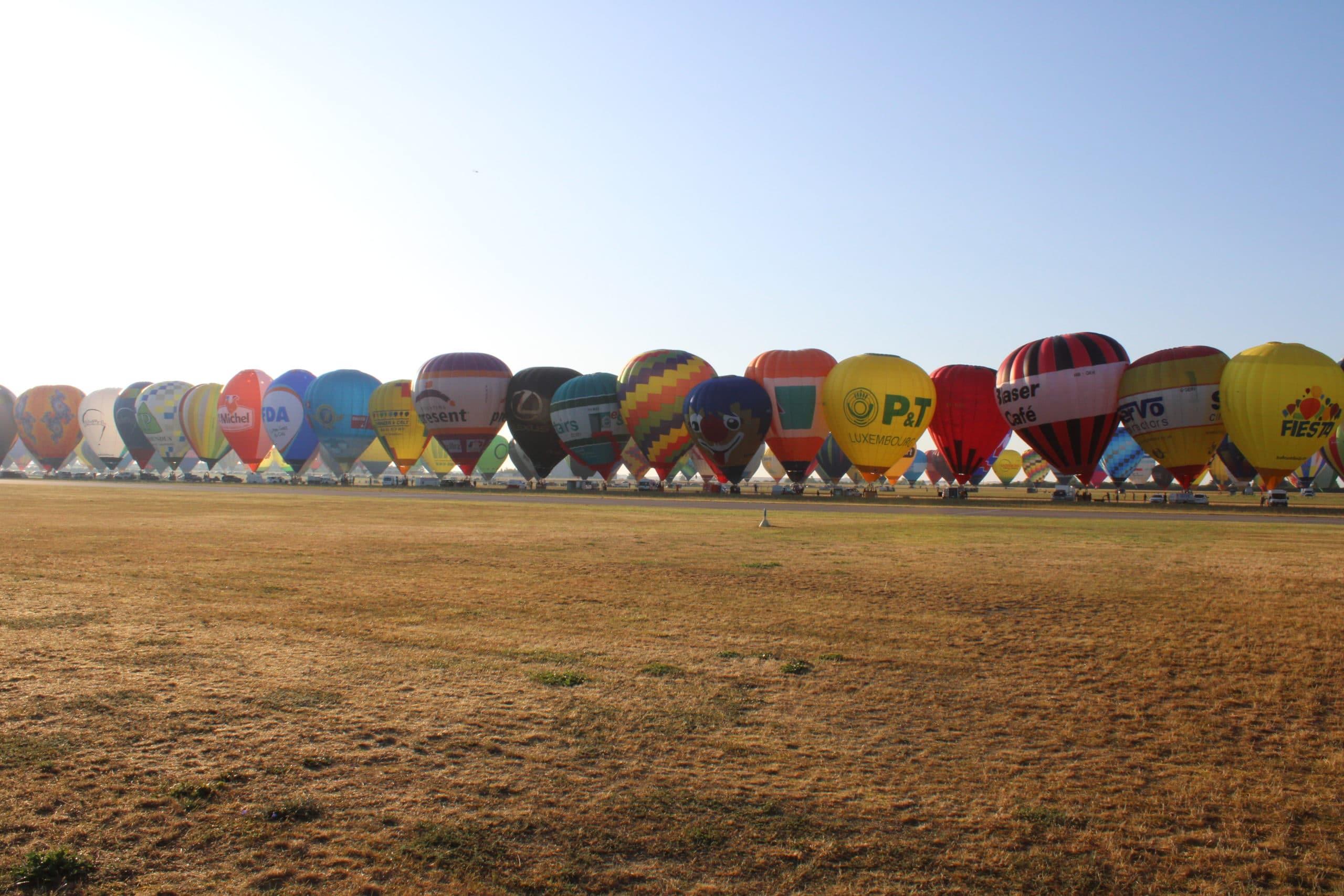 Les montgolfières se dressent en ligne , prêtes pour le record