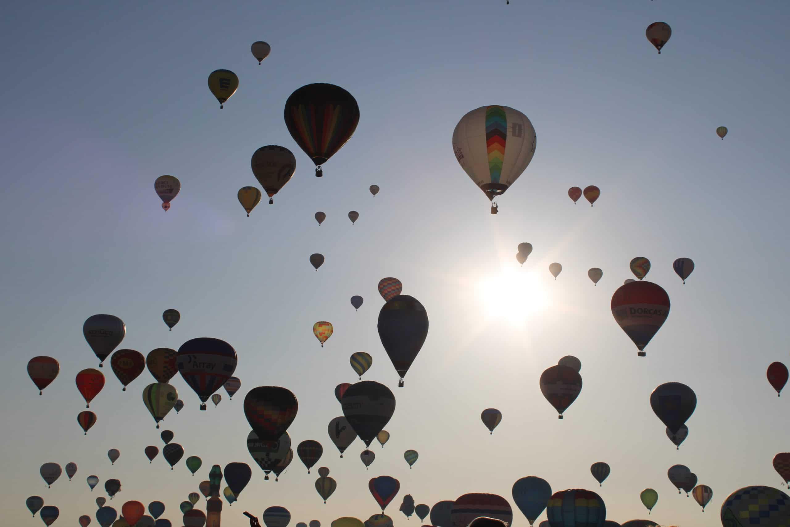 Les montgolfières dans le ciel à contre jour. Chambley 2019