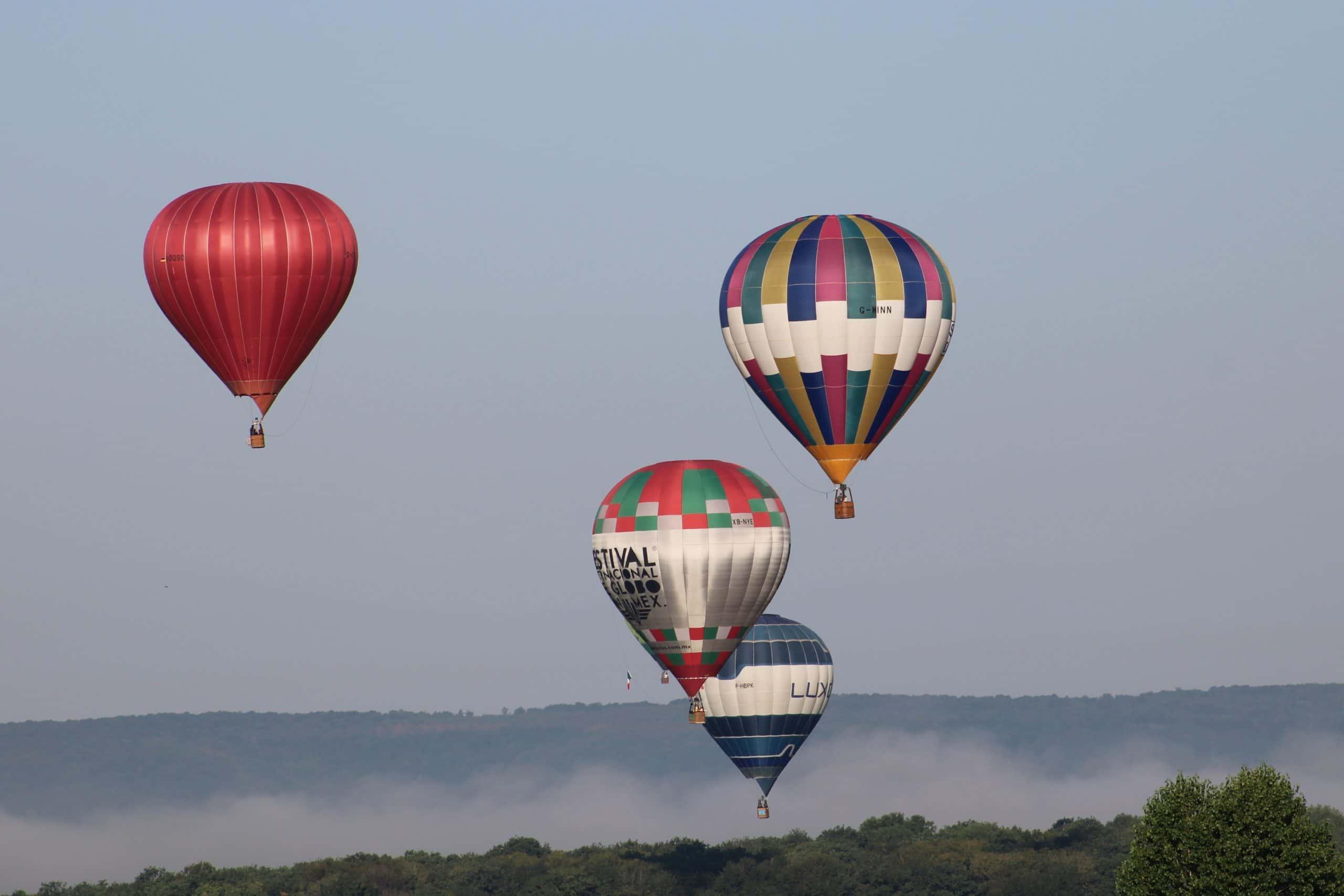 les montgolfières poursuivent leur route dans le ciel encore brumeux. Chambley 2019