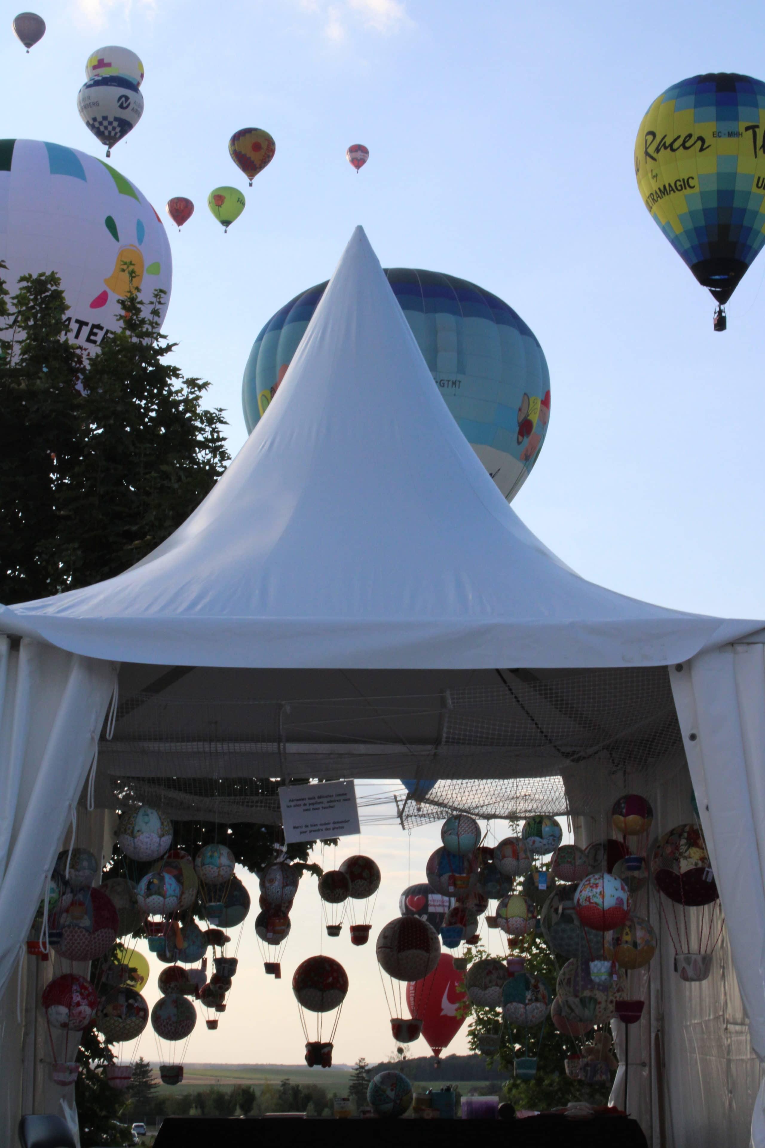 Envol de montgolfières au dessus de montgolfières en tissu