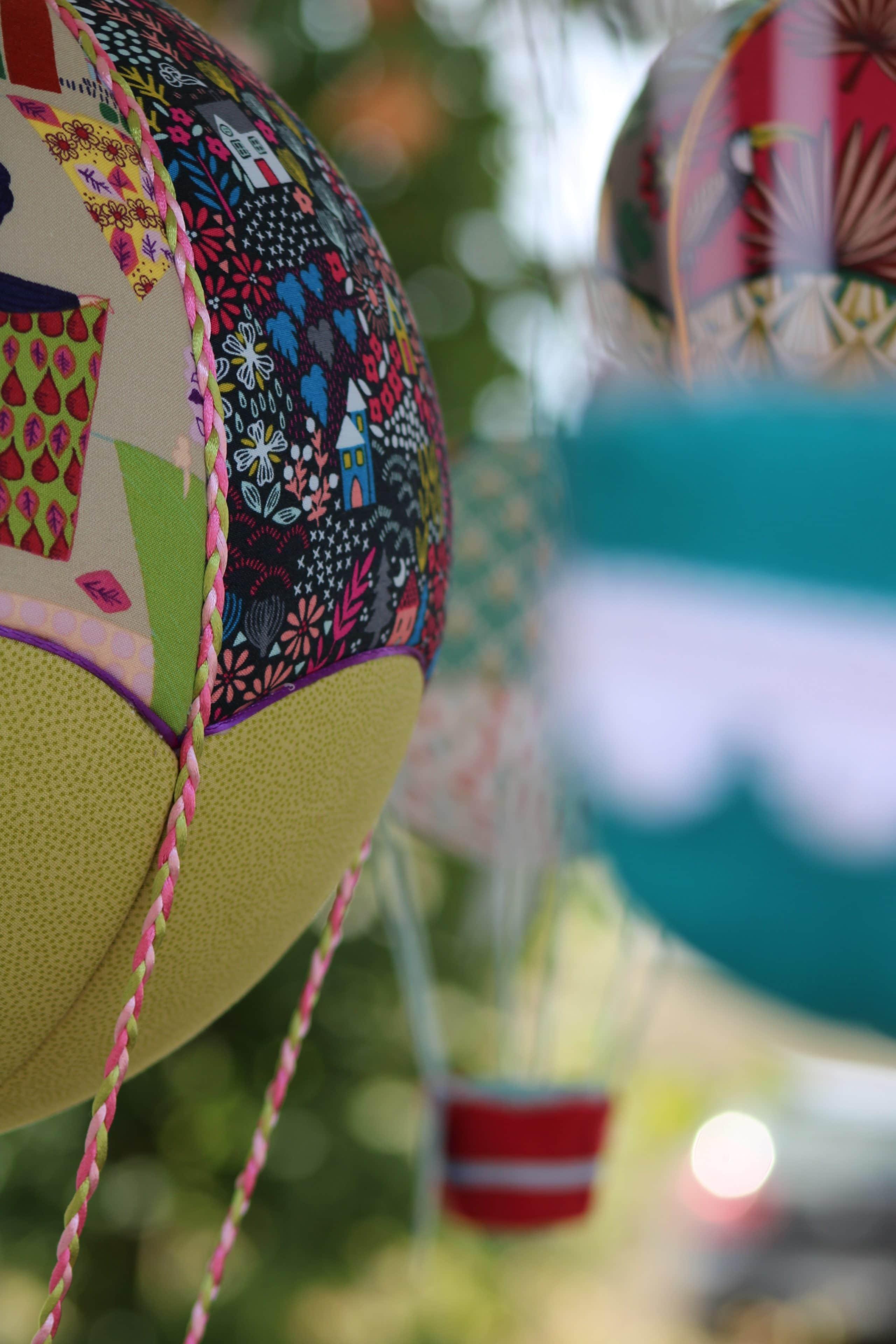 Montgolfières en tissu incrustés sur boule de polystyrène Atelier à Villefranque (64)