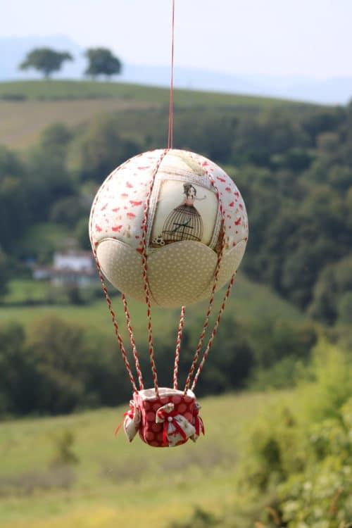 Montgolfière de décoration tissus imprimés fées et petites cerises . Atelier à Villefranque (64)