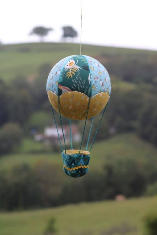 Montgolfière de décoration en tissu , thème animaux exotiques. Atelier à Villefranque (64)