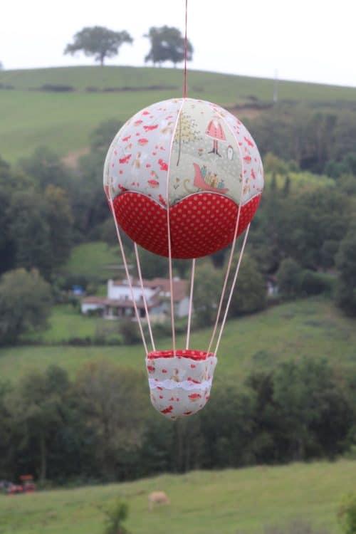 Montgolfière de décoration en tissu, sur le thème de Noël. . Atelier à Villefranque (64)