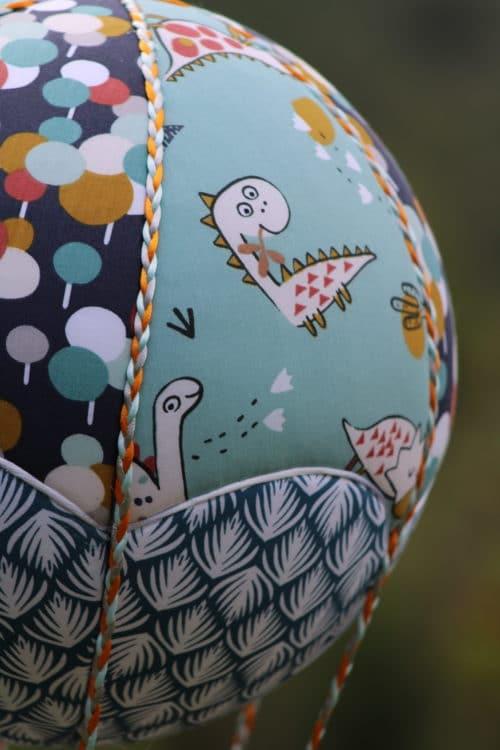 Tissu imprimé dinosaure - montgolfière de décoration. Atelier à Villefranque (64)