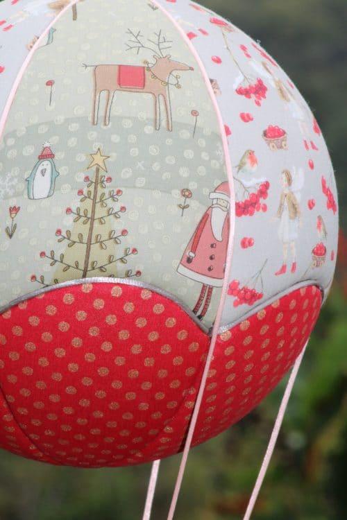 Tissu imprimé père Noël et sapins- Montgolfière de décoration sur le thème de Noël. Atelier à Villefranque (64)