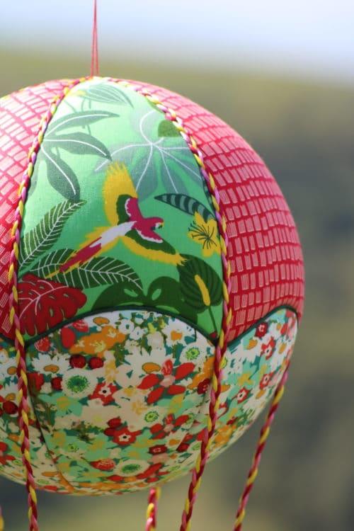 Tissu imprimé tropical pour une montgolfière de décoration. Atelier à Villefranque (64)