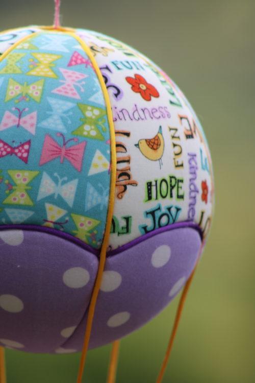 Tissus imprimés Joy, Love and Fun et Papillons. montgolfière de décoration. Atelier à Villefranque (64)